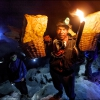 Носильщик серы из вулкана Иджен