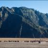 Вереница джипов у вулкана Бромо