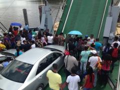 паром из Гайаны причаливает к берегам Суринама