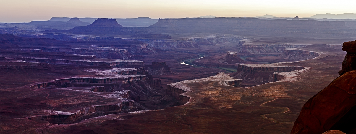 Сумерки над Green River в Национальном парке Canyonlands. Island in The Sky