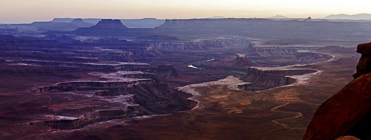 Сумерки над Green River в Национальном парке Canyonlands. Island in The Sky